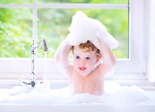 7岁女孩洗澡竟意外身亡!冬天给宝宝洗澡,千万不要陷入这7个误区!