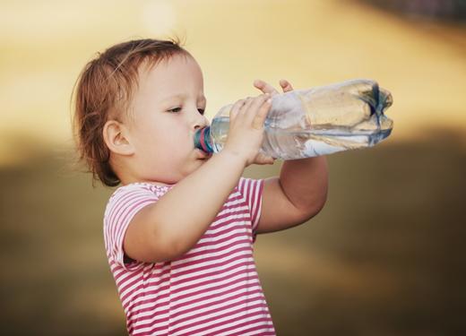 网上疯传的宝宝饮水表,是错的!这样补水,小心水中毒