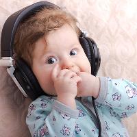 第3个月 宝宝发育情况 能够认出你的脸和气味;可以稳当地抬着头;眼睛可以追视移动的物体