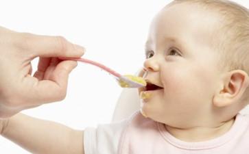 专家提醒 成人零食不能当宝宝辅食