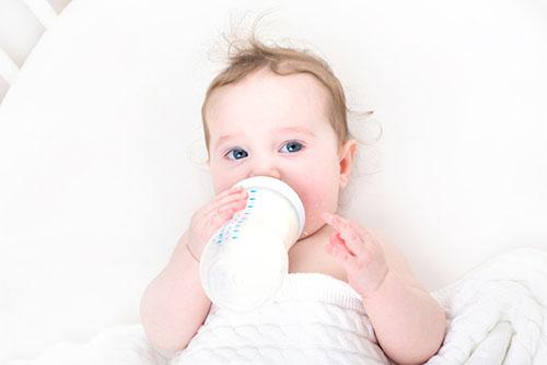 多久给孩子喂一次奶 新生儿喂奶注意事项