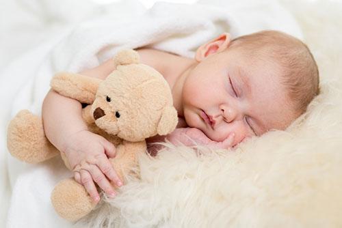 宝宝睡觉吃奶好吗 宝宝喝夜奶好吗