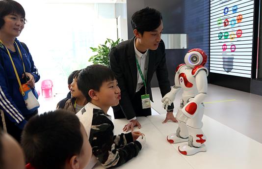"""力德教育小学员们乐翻天:欢跃邂逅智能机器人""""Nao"""""""