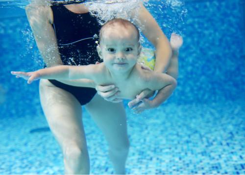敢让宝宝戴着脖圈学游泳,后果自负!