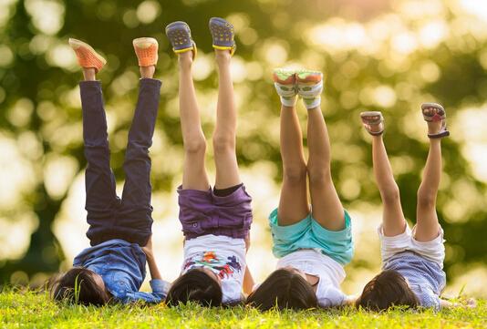 和孩子出行:帮小树叶找妈妈(图) 帮小树叶找妈妈 一说起去公园玩,天天就提不起精神。因为他去得太多了,老是玩小火车、碰碰车之类,天天感到了腻味。 可公园里的儿童乐园除了这些,还有什么可玩的呢?父母们也实在想不出办法。怎样才能在普通的公园里玩出新意来呢? 一分钟内解决! 妈妈在接天天放学回家的路上,不时地拾起一两片树叶。天天很纳闷:妈妈,你拣这些树叶干什么? 妈妈笑而不答。 星期天,谜底揭晓了。妈妈拿出纸袋里的树叶,说:让我们到公园里为这些树叶找妈妈吧。 为树叶找妈妈?太有趣了!天天