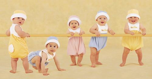 随着婴儿的出生成长,宝宝每个月的发育情况都有相应的指标来衡量是否