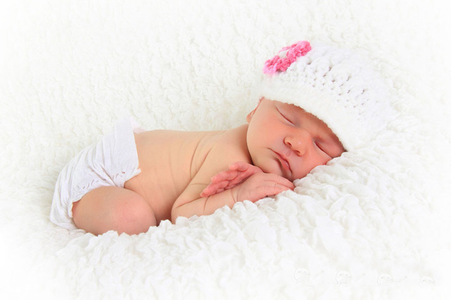 刚刚出生的宝宝都是没有时间观念的,她们是不分白天和黑夜的,有些宝宝在白天的时候会一直睡觉,吃完了就会睡,也会吃着吃着就睡了,通常这些宝宝都是让父母比较烦恼的,因为宝宝在白天睡觉睡得多的话,那么她们晚上的时候就会精力比较充沛,就会一直闹,要别人陪着她,有些宝宝在妈妈抱着的时候会睡得很舒适,可是一把宝宝放在床上的时候,宝宝就会被惊醒,这些宝宝通常睡眠的时间都是比较少的,相对于那些吃完就会乖乖睡觉的宝宝来说,父母会担心宝宝的睡眠质量,那么满月婴儿睡眠时间表标准是是怎样的呢?    新生儿睡眠特点   新生儿