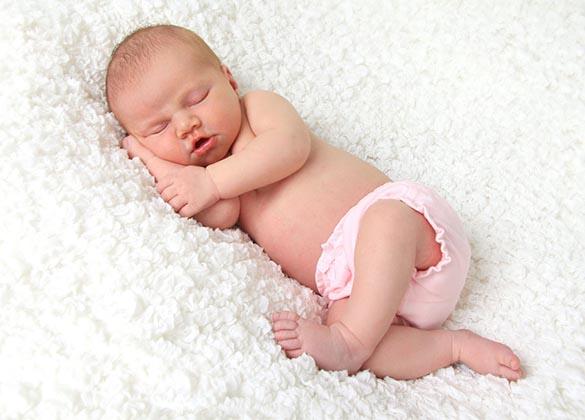 刚出生不久的宝宝除了吃奶以外,大部分的时间都是在睡眠中度过的,年轻的爸爸妈妈们都希望自己的宝宝有很好的睡眠质量,那么宝宝睡觉采取哪种姿势最好呢?是趴着睡、仰着睡、还是侧着睡?下面我们就一起来分析一下这三种睡姿的优缺点。   趴着睡   优点:  趴着睡时,宝宝即使吐奶,吐出的东西也会顺着嘴角流出,一般不会吸入气管引起窒息。  宝宝趴着睡,后脑勺不会受到压迫,容易塑造后脑勺浑圆的头形。