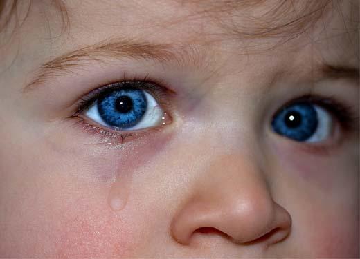 当妈妈被暴徒击倒时,这五个小孩的举动,震惊了全世界1.jpg